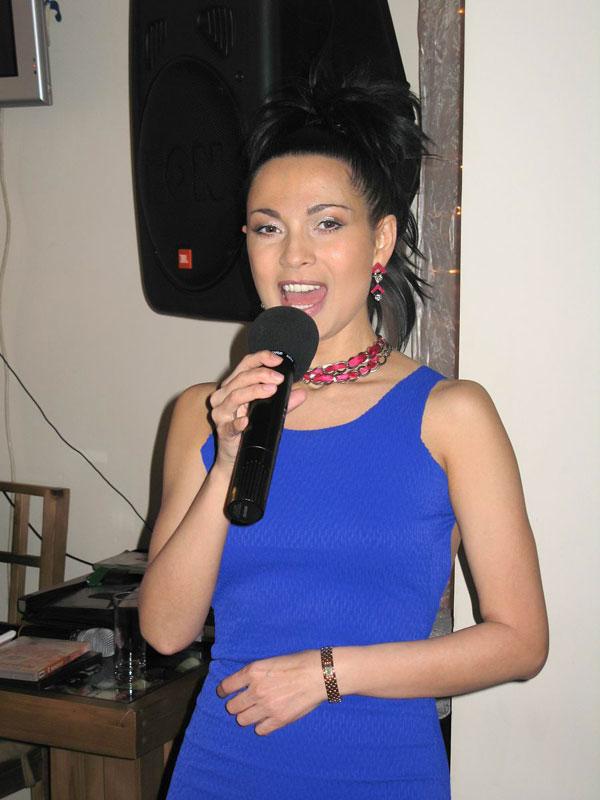 Ольга Ларина во время выступления на небольшом семейном торжестве.