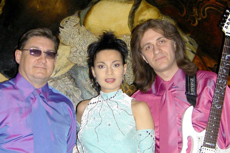 Сергей Сухинин - клавиши, вокал, Ольга Ларина - вокал, Вадим Коннов - гитара, вокал. Во время совместного выступления.